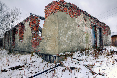 wojenne: Szczątki zniszczonego budynku z cegły