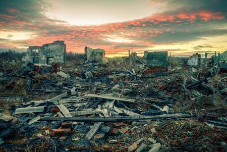 wojenne: Pozostałości zniszczonych domów w sunset.Apocalyptic krajobrazu Zdjęcie Seryjne
