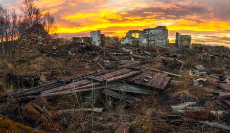 wojenne: Apokaliptyczny landscape.the pozostaje zniszczonych domów na zachód słońca