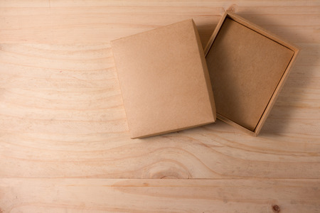 Geopend kartonnen doos op houten achtergrond Stockfoto