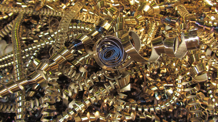 shiny gold: Metal chips shiny and resembles gold