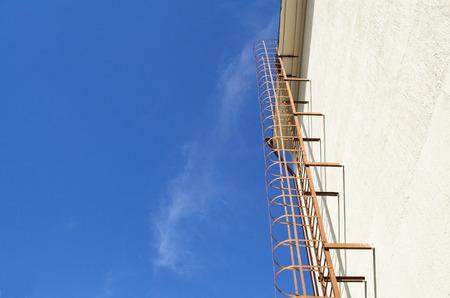 salidas de emergencia: escalera de incendios metálica vertical para edificios de baja altura