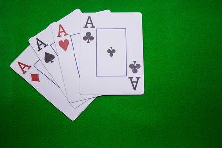Vier Asse auf einem grünen Hintergrund Standard-Bild - 92924047