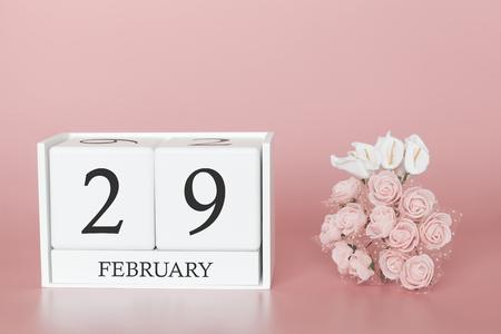 29 de febrero. Día 29 del mes. Cubo de calendario sobre fondo rosa moderno, concepto de negocio y un evento importante. Foto de archivo