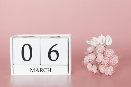 06 mars. Jour 6 du mois. Cube de calendrier sur fond rose moderne, concept de bussines et événement important.