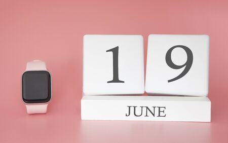 Modern Watch with cube calendar and date 19 june on pink background. Concept summer time vacation. 스톡 콘텐츠