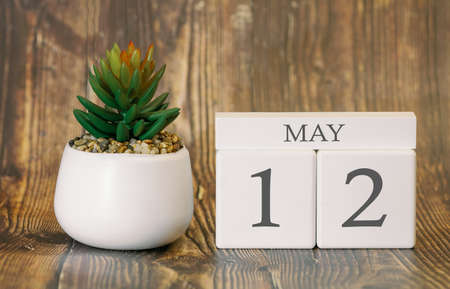 Flower pot and calendar for the warm season from 12 May. Spring time. Banco de Imagens