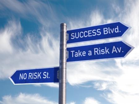 uithangbord: Road Sign succes-en risicofactoren over een bewolkte hemel