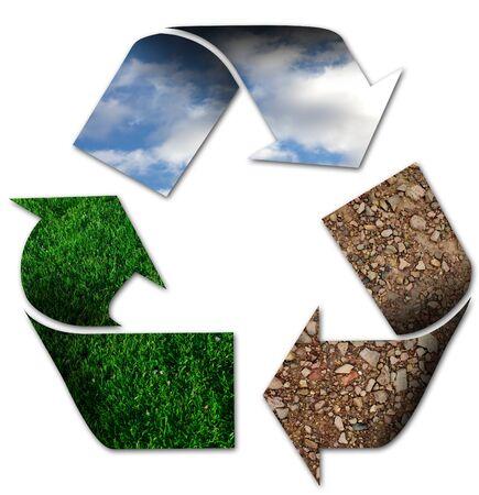 sustentabilidad: Símbolo de reciclaje con el cielo, la hierba y la tierra Foto de archivo
