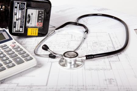 contador electrico: Los costos de energía Ananlyse con medidor eléctrico y un estetoscopio Foto de archivo