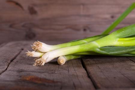 cebolla: Cebolla verde en mesa de madera