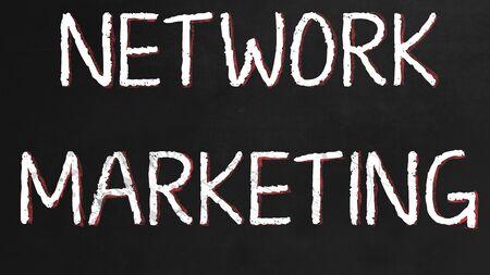 redes de mercadeo: Concepto de la red de comercialización en el pizarrón negro