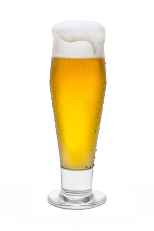 Classic Beer with Condensation, with Foam Head and Drip Running Over Rim. Banque d'images - 119147314