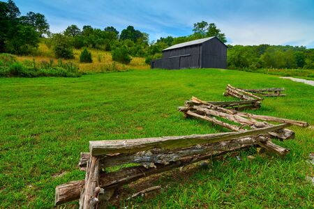 Old KY barn with split rail fence. 写真素材 - 131978750