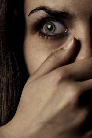 Concetto di fotografia di donna la paura di essere testimone del crimine