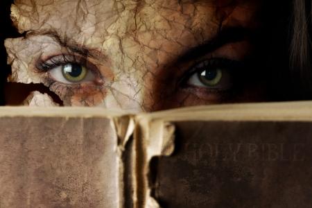 Konzeptionelle Foto der alten Bibel und rissige Gesicht  Standard-Bild - 2683695