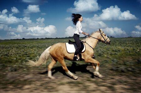 Bewegungsunschärfe Foto der Frau und Pferd bewegt sich die Galopp  Standard-Bild - 3210021