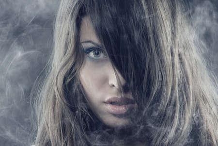 Sexy Frau mit langen Haaren in den schweren Rauch Standard-Bild - 3993986