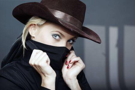 Kriminelle Frau in die schwarze Fell und Braun Hat in Gebäuden mit dunklen Schatten Standard-Bild - 6171728
