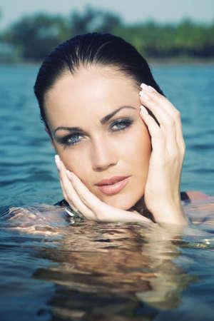 Kopf der schönen Frau im Sommer Wasser nass. Künstlerische Farben hinzugefügt  Standard-Bild - 7610288