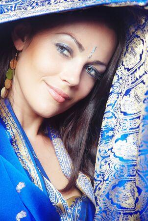 Lady souriante élégante en sari élégant wedding bleu. Couleurs naturelles. Photo vertical