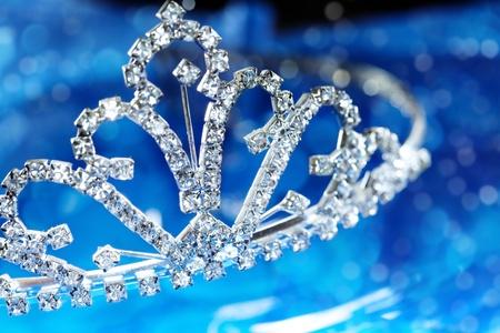 Close-up Foto des das Silber Diadem mit Diamanten auf blauem Hintergrund mit Bokeh. Geringe Tiefenschärfe von Makro-Objektiv für natürliche Ansicht hinzugefügt Standard-Bild - 9450451
