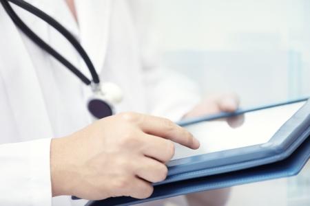 태블릿 컴퓨터를 사용하여 의사 실내의 손에 스톡 콘텐츠