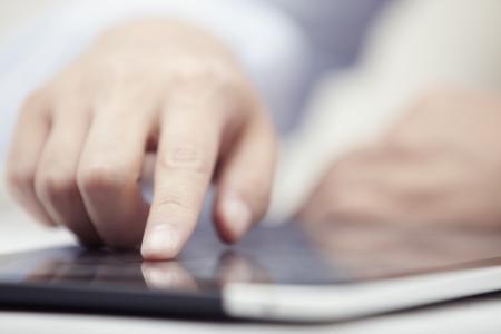Hands of Geschäftsmann mit dem Tablet PC im Büro Standard-Bild - 14303042