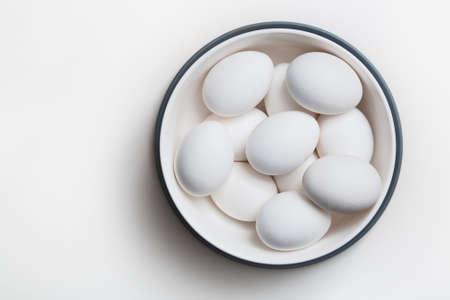Kip eieren in een witte kom op een tafel