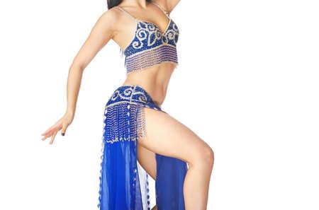El cuerpo de la mujer bailando la danza del vientre sobre un fondo blanco. Foto de archivo