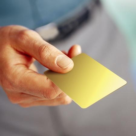 cr�dito: mano masculina que muestra una plantilla de tarjeta en blanco con copia espacio en la tarjeta