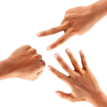 Руки изготовления бумаги рок ножницы, изолированных на белом фоне