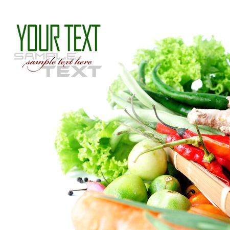 cebollin: Tomates, las cebolletas, el ajo, el chile rojo, el jengibre y la lechuga en el fondo blanco (con texto de ejemplo)