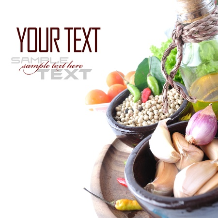 Помидоры, лук, чеснок, красный перец чили, имбирь и перец на белом фоне с образца текста Фото со стока