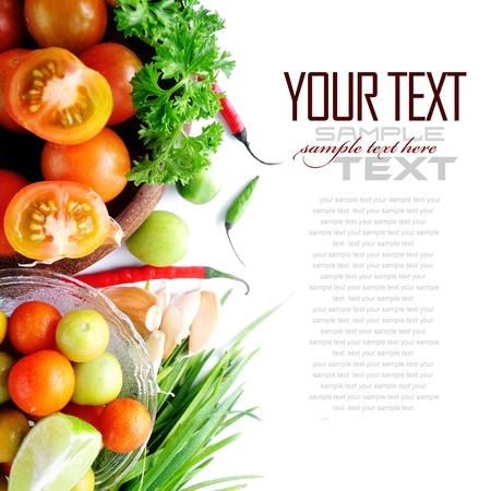 cebollin: Tomates, las cebolletas, el ajo, el chile rojo, lim�n y perejil en el fondo blanco con texto de ejemplo Foto de archivo