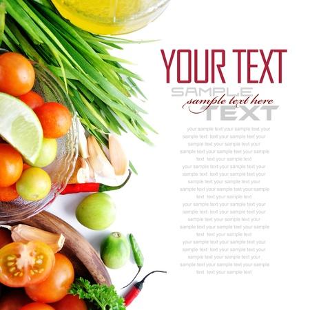 cebollin: Tomates, las cebolletas, el ajo, el chile rojo, lim�n y aceite de oliva en el fondo blanco con texto de ejemplo
