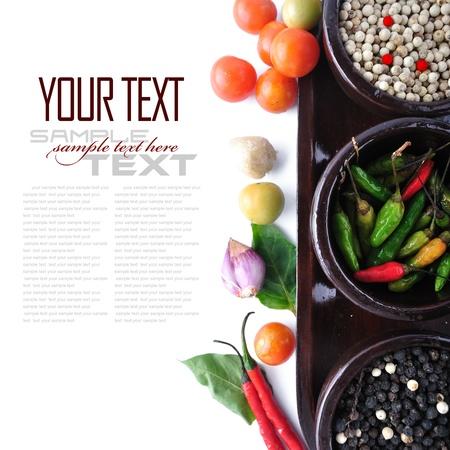 dried spice: cuencos de madera con hierbas frescas y ajo especias, pimienta, hojas de laurel con texto de ejemplo