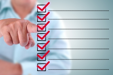 Geschäftsmann auf einer Checkliste box entwickelt. Mit roten Checkliste Standard-Bild