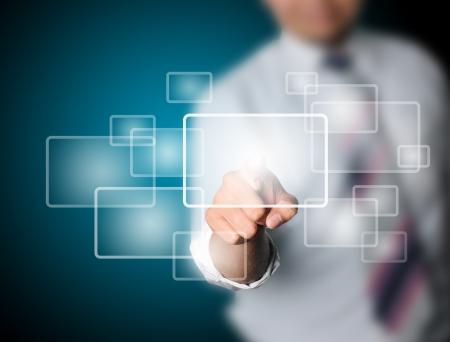touchscreen: Hombre de negocios que toca la tecnolog�a virtual moderno
