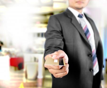 tarjeta visa: Hombre de negocios que muestra la tarjeta de cr�dito Foto de archivo