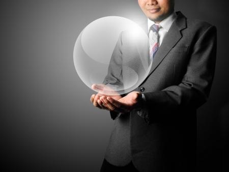 bola de cristal: Hombre de negocios la celebraci�n de plantilla bola de cristal