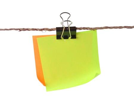 attach: Papeles de color blanco con el clip de colgar en pequeña cuerda