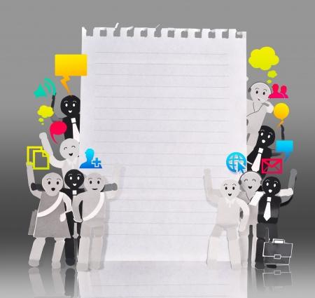 Lachende mens voor symbool van sociaal netwerk met blanco papier