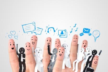 ビジネス社会ネットワークのシンボルのための指の笑みを浮かべてください。