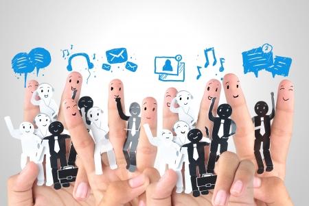 redes de mercadeo: Dedo sonriente por un s�mbolo de red social empresarial Foto de archivo