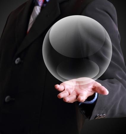bola de cristal: Hombre de negocios la celebraci�n de la plantilla bola de cristal