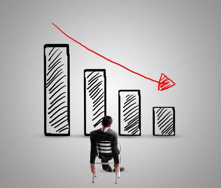 사업가 그래프를 감소 찾고 스톡 콘텐츠