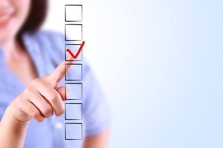 Mooie zakelijke vrouw markeren Checklist