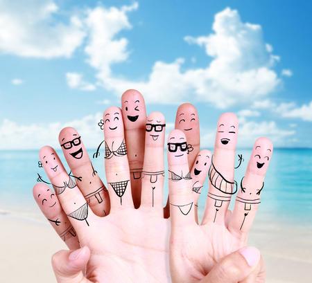 그리기 손가락 기호와 함께 해변에서 행복 한 젊은 사람들의 그룹