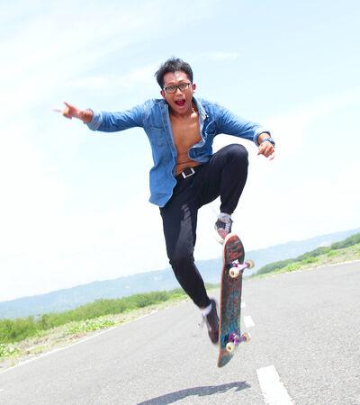 niño en patines: patinador jugando monopatín con truco flipping